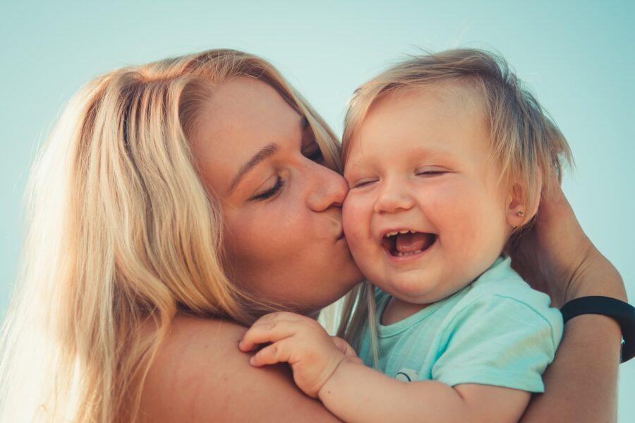 Une mère qui embrasse son enfant