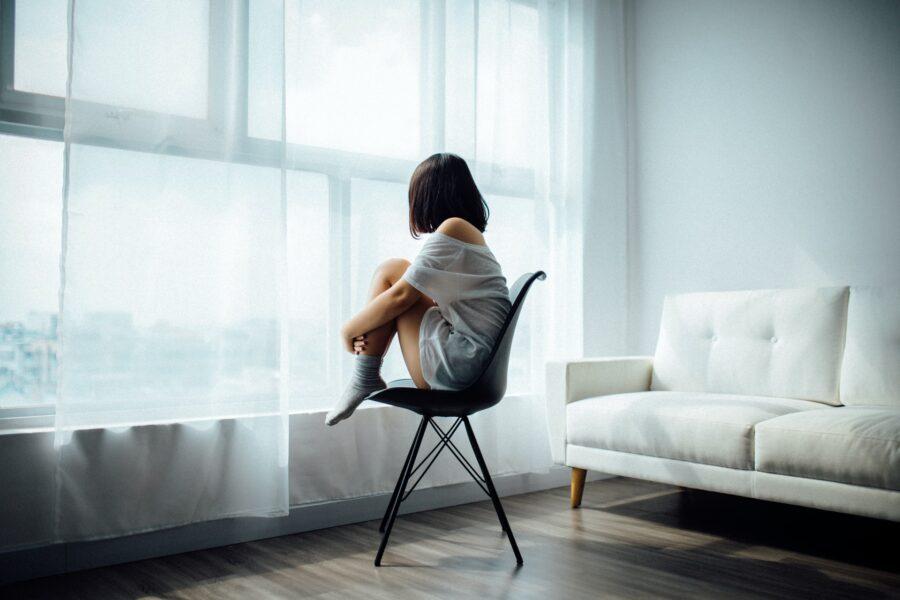 Une femme seule pour illustrer le sentiment d'abandon qui suit l'accouchement avec les nuits difficiles