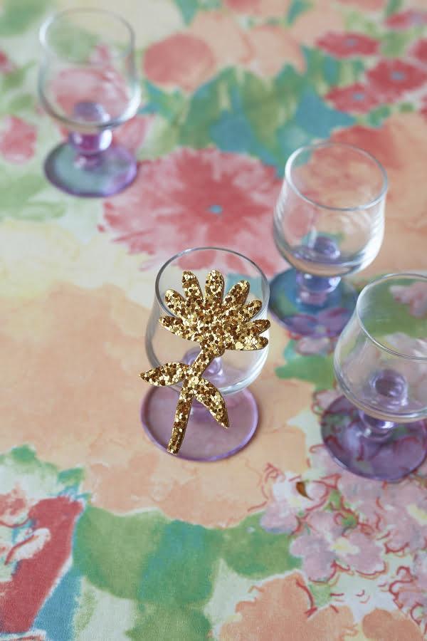 Broche prunelle soleil de chez Des petits hauts: une jolie broche à paillette dorée pour une idée de cadeaux fleuris pour la fête des mères