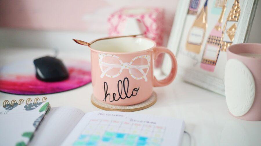Tasse marquée hello pour page de contact du blog maman Vie de maman