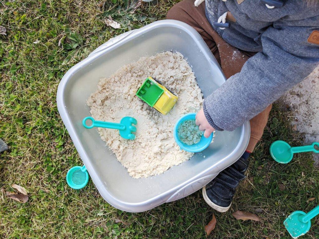 Activité pour occuper un enfant de 2 ans: le sable magique
