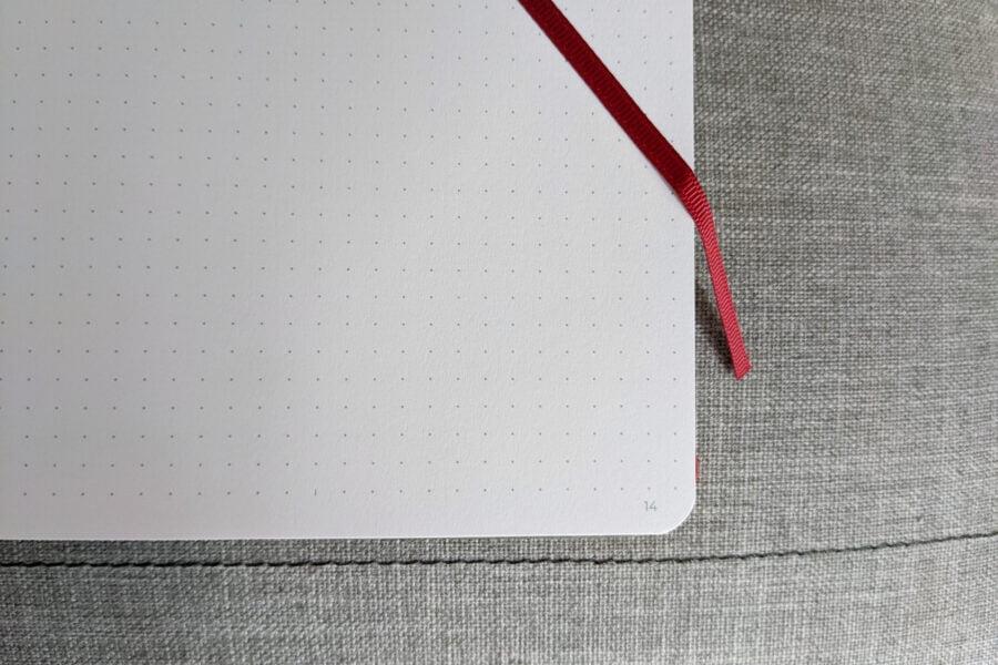 Le bullet journal Scribbles that matter compte plus de 150 pages numérotées couleur ivoire clair avec des pointillés gris